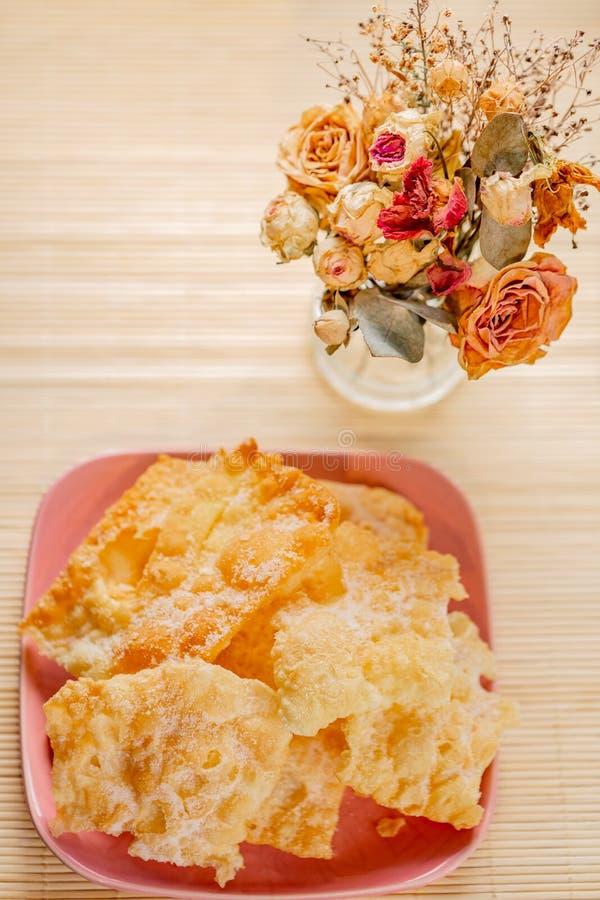 Biscuits croustillants cr?pit?s avec du sucre en poudre La broussaille douce fragile savoureuse de biscuits est d'un plat rose photos stock