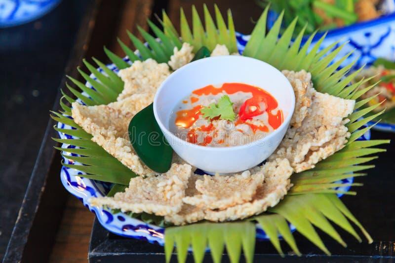Biscuits croustillants de riz avec l'immersion de Herbed des haricots conservés fermentés de soja en lait de noix de coco servi s photographie stock