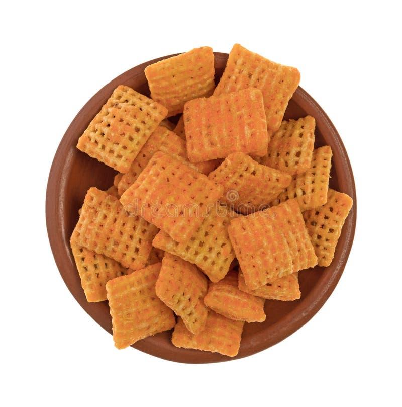 Biscuits croustillants de riz de fromage de cheddar dans une petite cuvette images stock