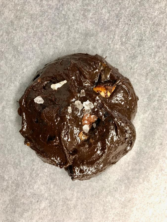 Biscuits crus sur Oven Tray Ready ? faire cuire/'brownie' de chocolat avec le biscuit de noix photo libre de droits
