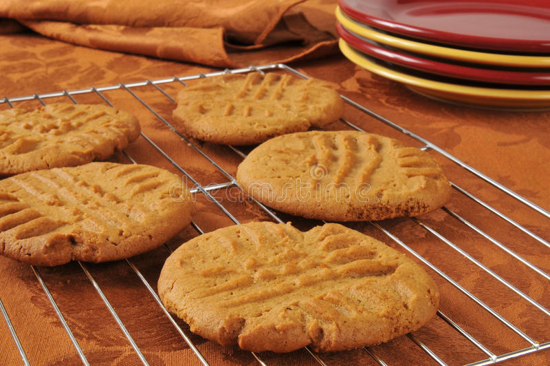 Biscuits cuits au four frais de beurre d'arachide photo stock