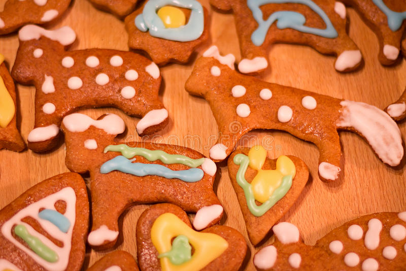 Biscuits décorés colorés de pain d'épice - Noël soutient, coeur photo stock