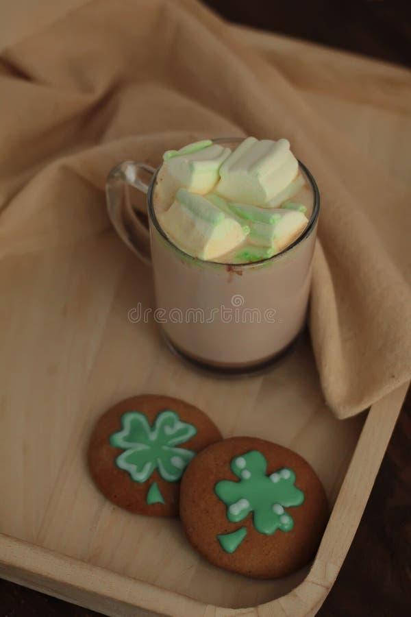 Biscuits décoratifs sur le fond en bois Concept de jour de Patricks de saint images libres de droits