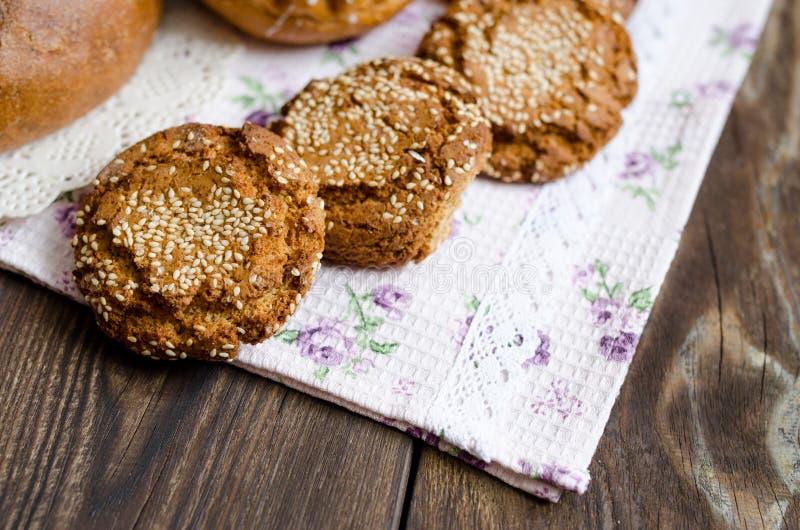 Biscuits délicieux avec des coupes à se trouver sur la table photographie stock libre de droits