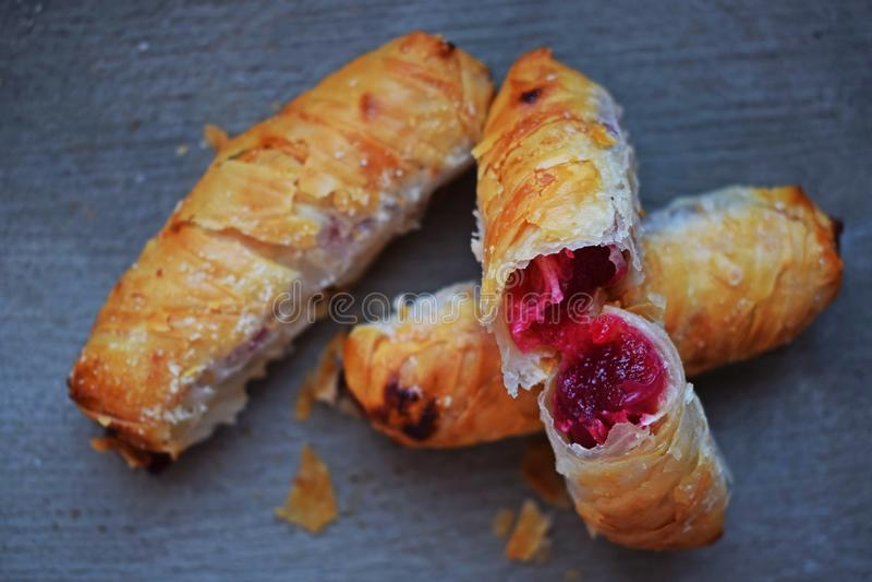 Biscuits délicieux avec le remplissage de cerise image libre de droits