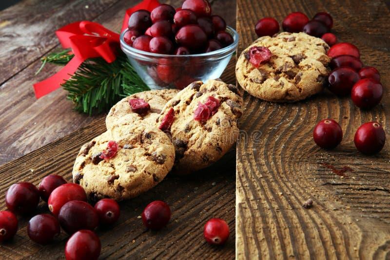 Biscuits délicieux de canneberge pour Noël avec les canneberges fraîches image libre de droits