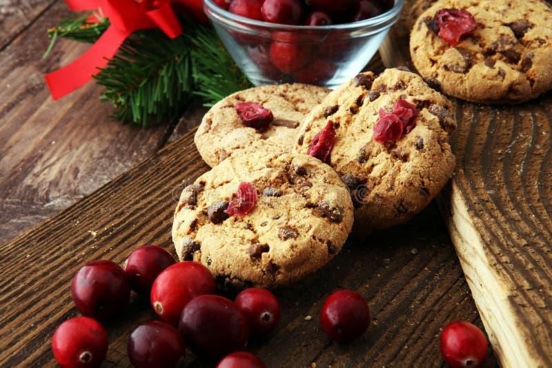 Biscuits délicieux de canneberge pour Noël avec les canneberges fraîches photo stock