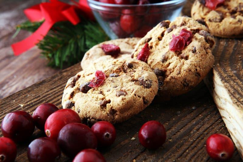 Biscuits délicieux de canneberge pour Noël avec les canneberges fraîches images stock