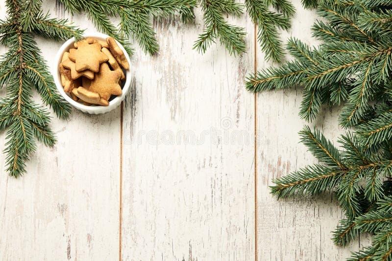 Biscuits délicieux de gingembre Branche de sapin Newyear Fond clair photographie stock libre de droits