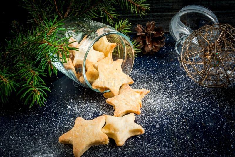 Biscuits délicieux de Noël dans le pot photos stock