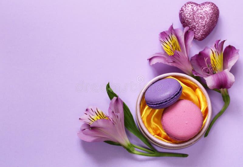 Biscuits d'amande de macarons et fleurs français d'alstroemeria images stock