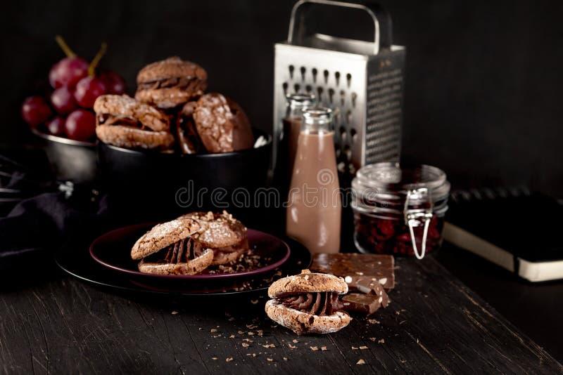 Biscuits d'amande de Noël et milkshake de chocolat sur en bois foncé photo stock