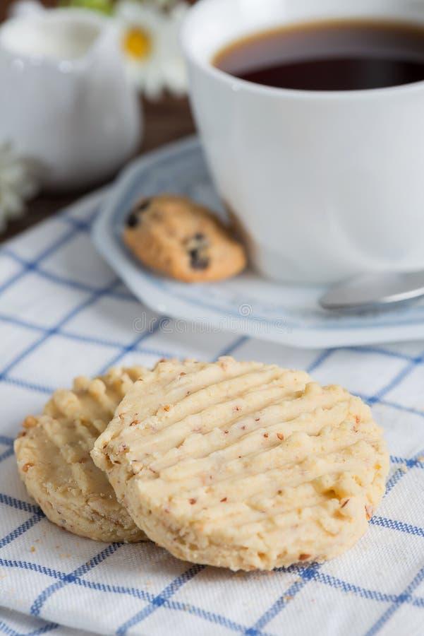 Biscuits d'amande faits maison avec une tasse de café photos stock
