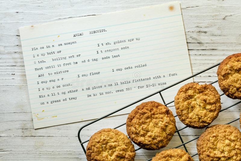 Biscuits d'Anzac avec recette manuscrite d'époque Vue supérieure photographie stock