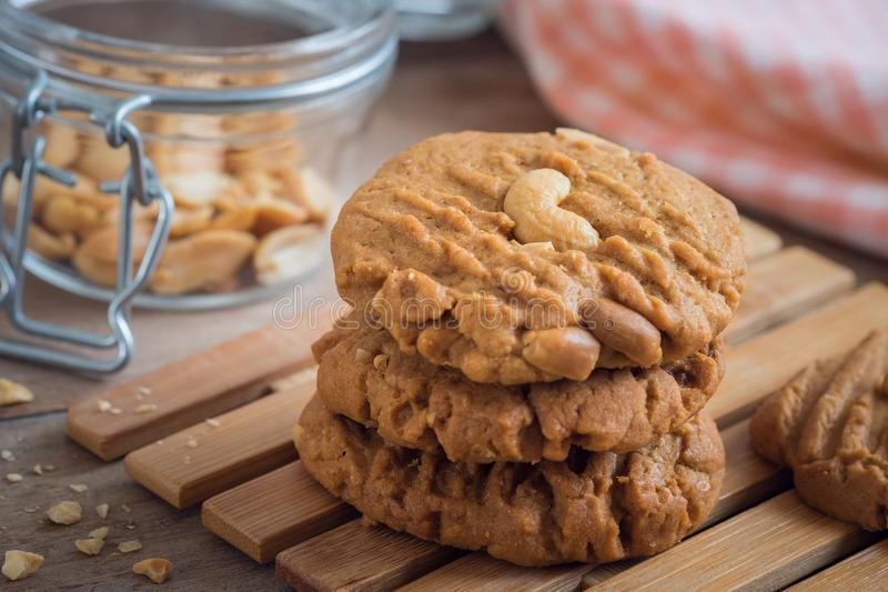 Biscuits d'arachide de plat en bois photos libres de droits