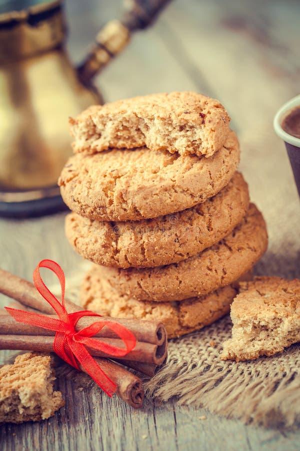 Biscuits d'avoine, bâtons de cannelle et café faits maison image libre de droits