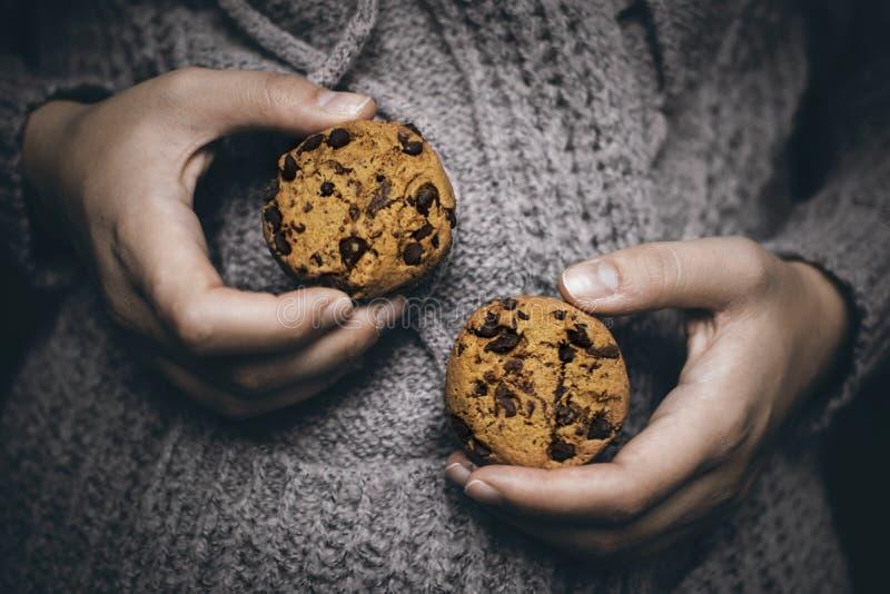 Biscuits dans des mains photographie stock libre de droits