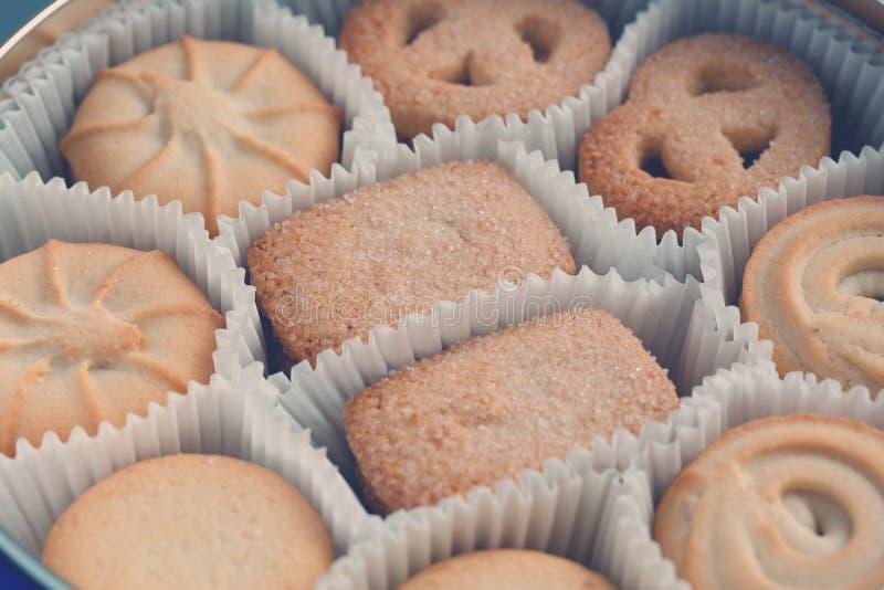 Biscuits dans un bidon en métal Plan rapproch? Macro image stock