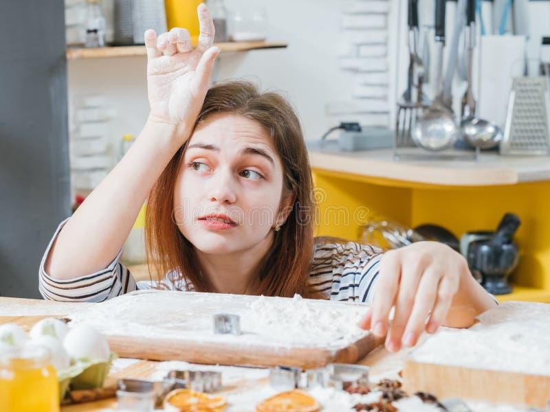 Biscuits de attente de dame ennuyés par loisirs culinaires prêts photo stock