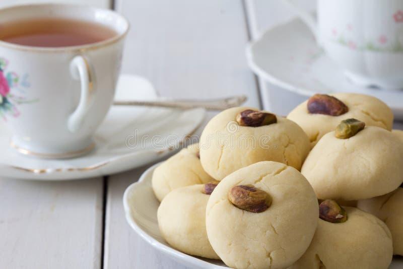 Biscuits de beurre égyptiens de Ghorayeba avec le thé horizontal images libres de droits