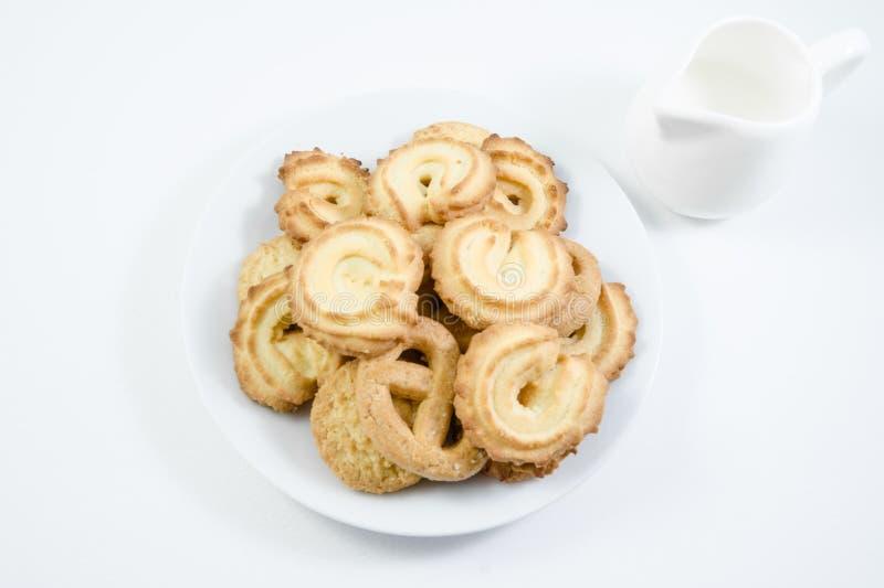 Biscuits de beurre danois servis avec du lait d'isolement images stock