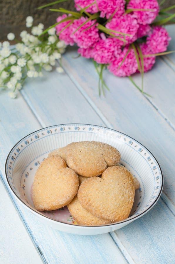 Biscuits de beurre en forme de coeur image libre de droits