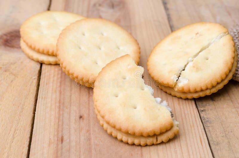 Biscuits de biscuits sur le fond de sac à toile de jute image stock