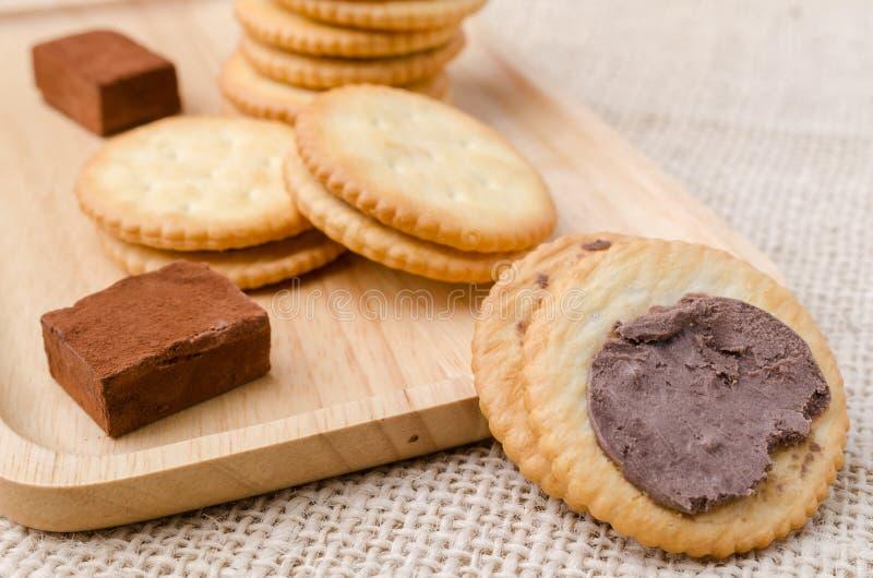 Biscuits de biscuits sur le fond de sac à toile de jute photos libres de droits