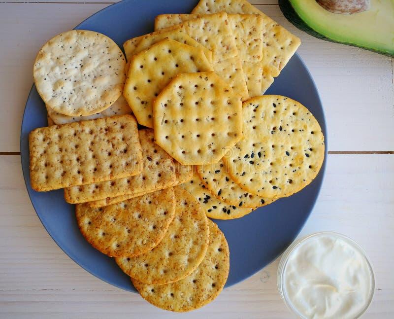 Biscuits de blé de plat bleu sur le fond blanc en bois images libres de droits