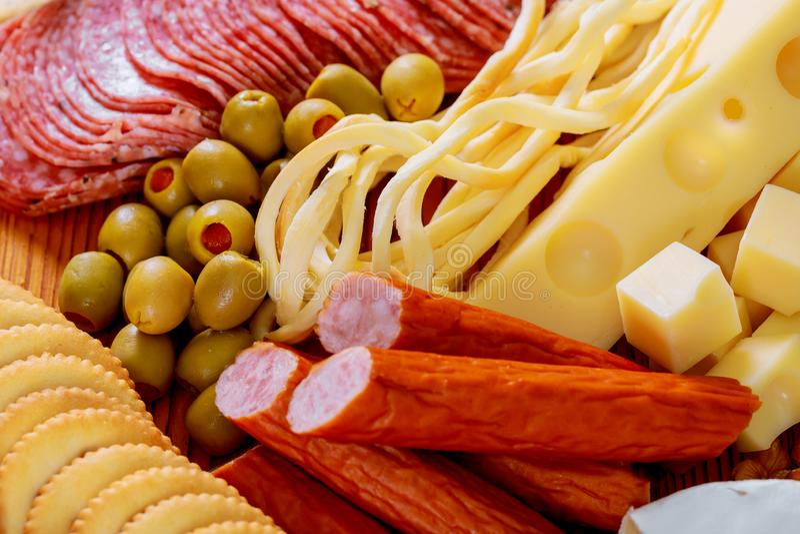 biscuits de blé de plateau de viande et de fromage, saucisse d'été, fromage de cheddar, une sauce à moutarde images libres de droits