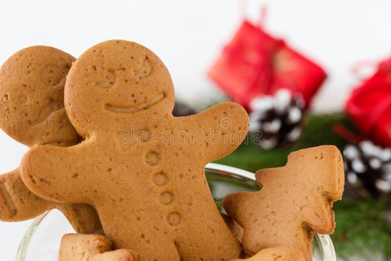Biscuits de bonhomme en pain d'épice de Noël photos stock