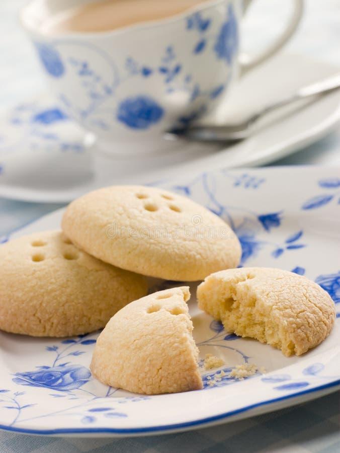 Biscuits de bouton de Wellington avec une cuvette de thé image libre de droits