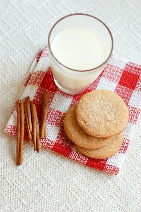 Biscuits de cannelle avec du lait photo stock