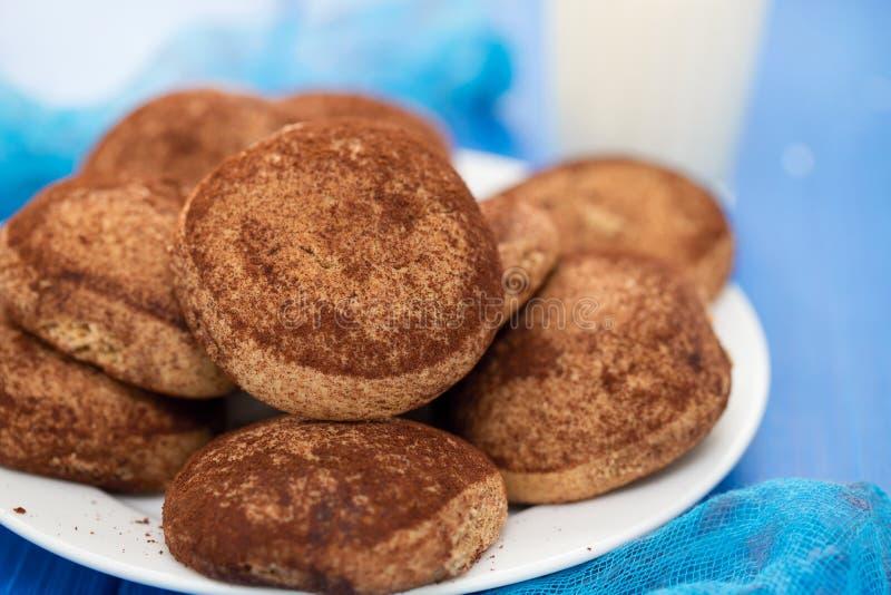 Biscuits de cannelle du plat blanc photos libres de droits