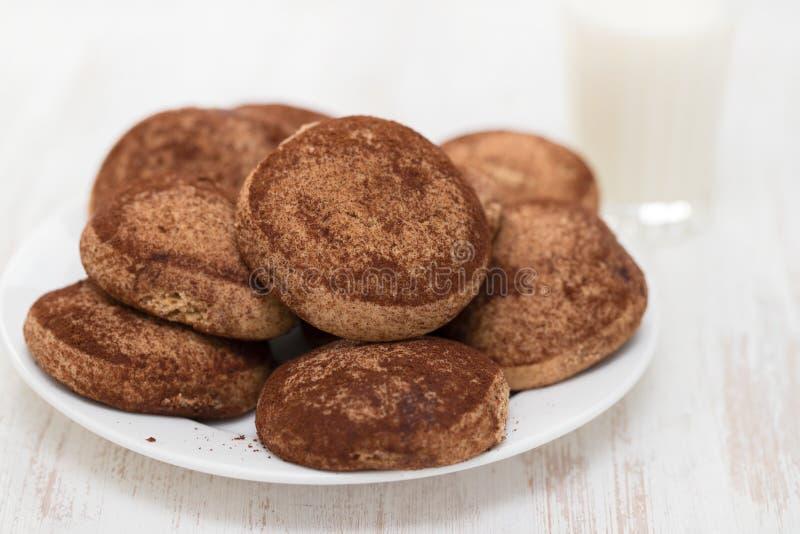 Biscuits de cannelle du plat blanc photographie stock