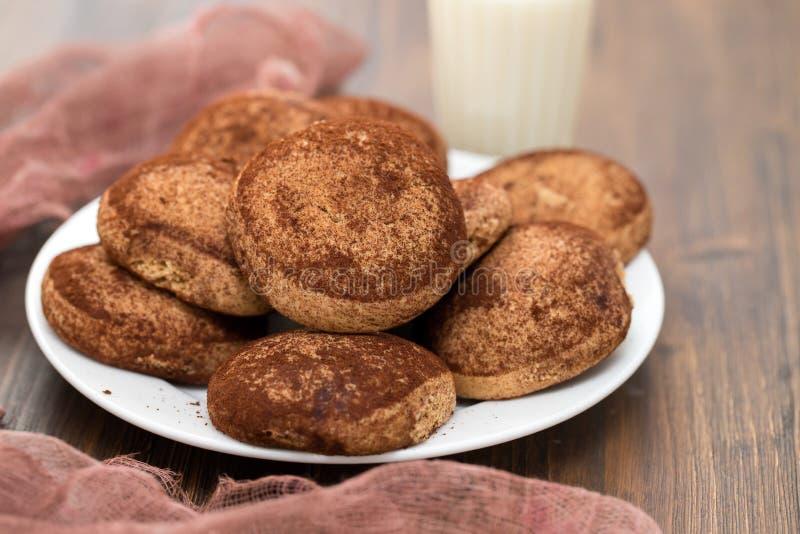Biscuits de cannelle du plat blanc images stock