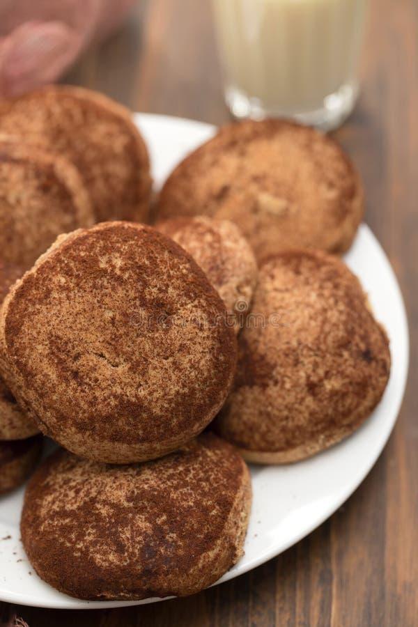 Biscuits de cannelle du plat blanc photographie stock libre de droits