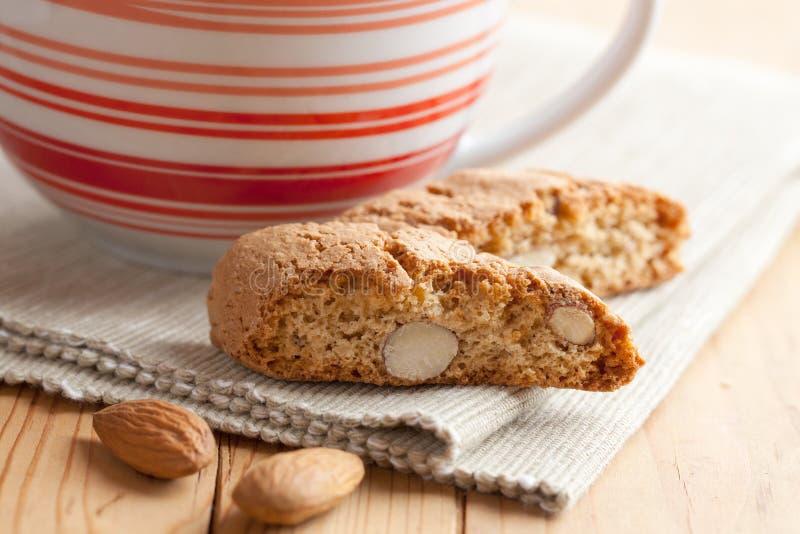 Biscuits de cantuccini et cuvette de café italiens photos libres de droits