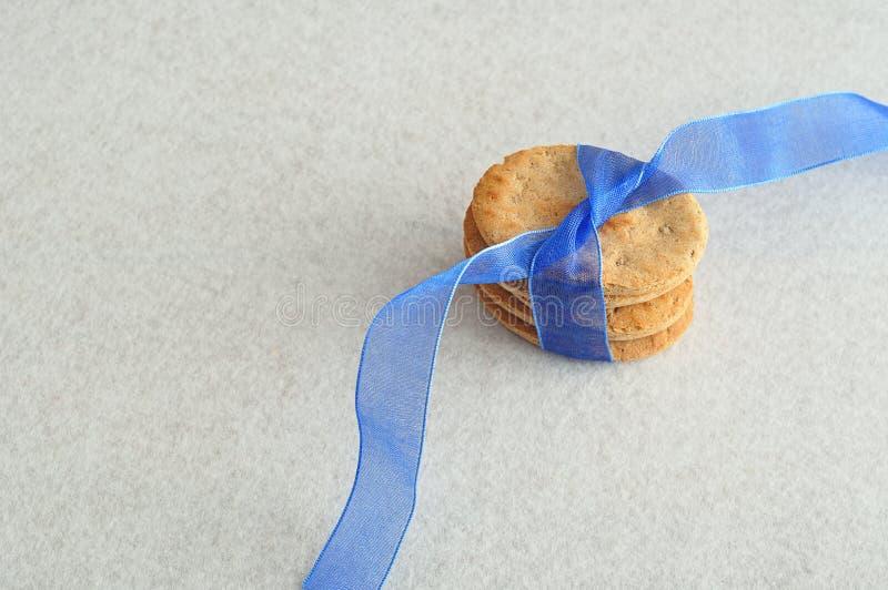 Biscuits de chien avec un ruban bleu image stock