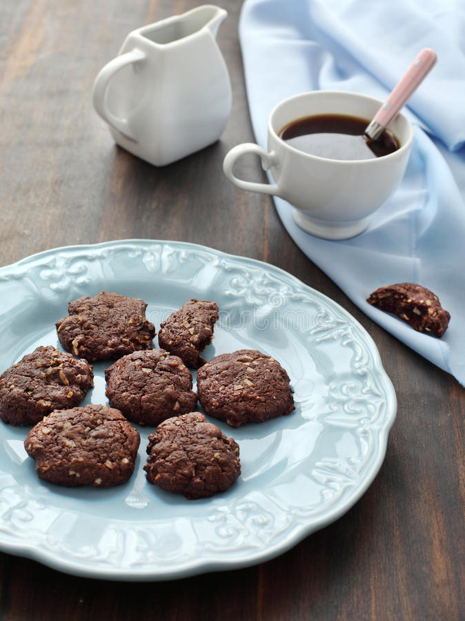 Biscuits de chocolat avec la noix de coco image stock