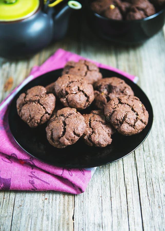 Biscuits de chocolat avec le thé photo libre de droits