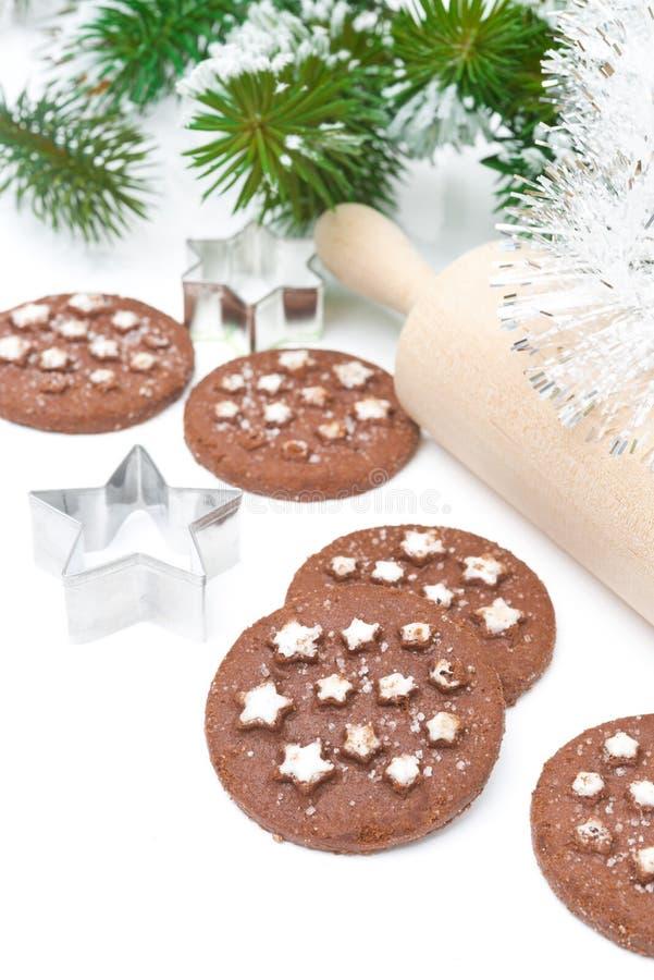 Biscuits de chocolat de Noël sur un fond blanc images libres de droits