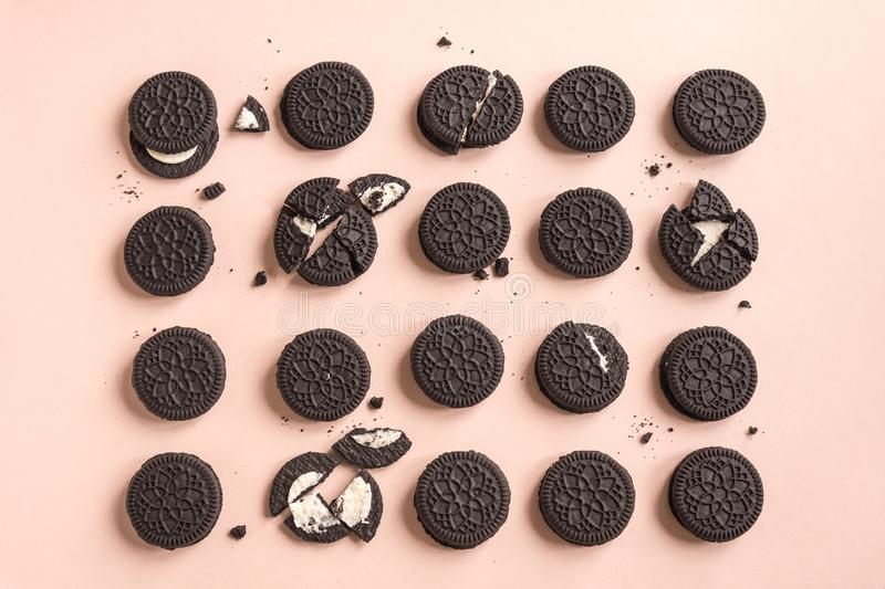Biscuits de chocolat et de crème d'Oreo photo stock