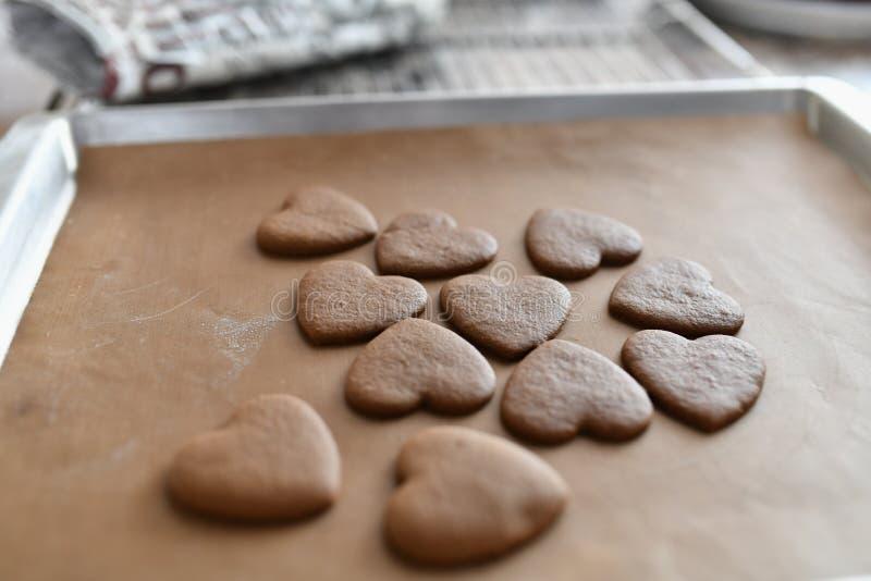Biscuits de chocolat sous forme de coeur, vue supérieure, pâtisserie sur le fourneau, préparation de la pâte photographie stock libre de droits