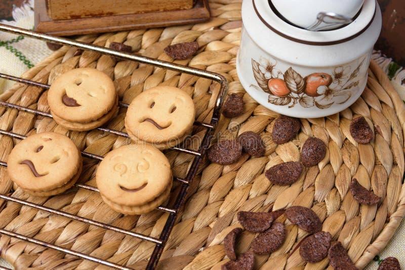 Biscuits de chocolat sur la table en bois Tir de g?teaux aux p?pites de chocolat photographie stock