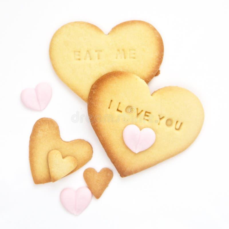 Biscuits de coeur cuits au four par maison avec des mots d'impression typographique photographie stock libre de droits