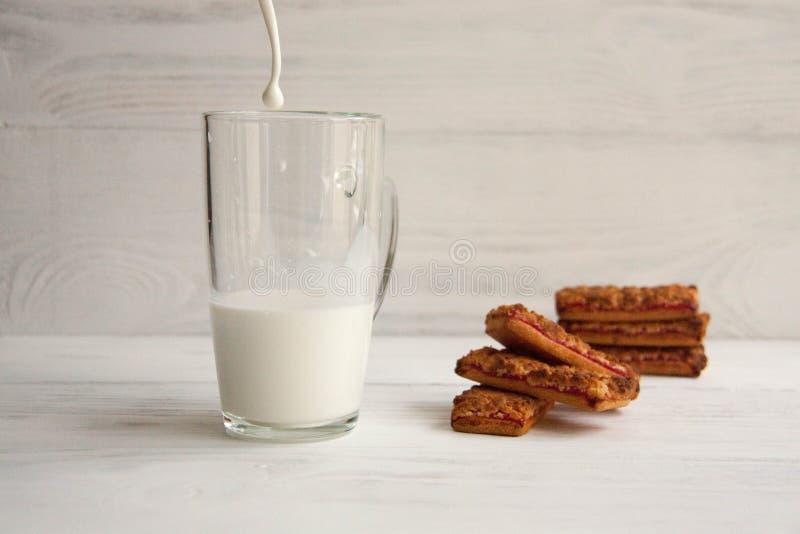 Biscuits de confiture avec du lait photos stock