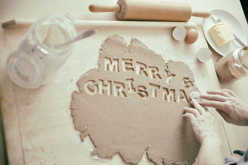 Biscuits de cuisson pour Noël - Joyeux Noël photos stock