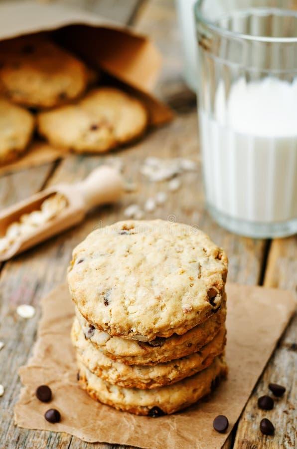 Biscuits de farine d'avoine avec des graines de tournesol et des pastilles de chocolat photographie stock
