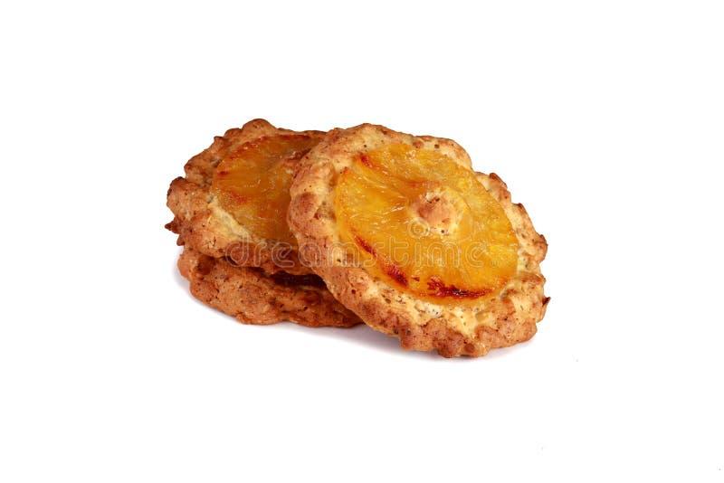 Biscuits de farine d'avoine avec l'ananas d'isolement sur le fond blanc photographie stock libre de droits